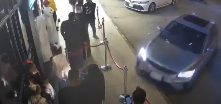 فيديو.. فتاة تدهس مجموعة أشخاص أثناء محاولتها ركن المركبة