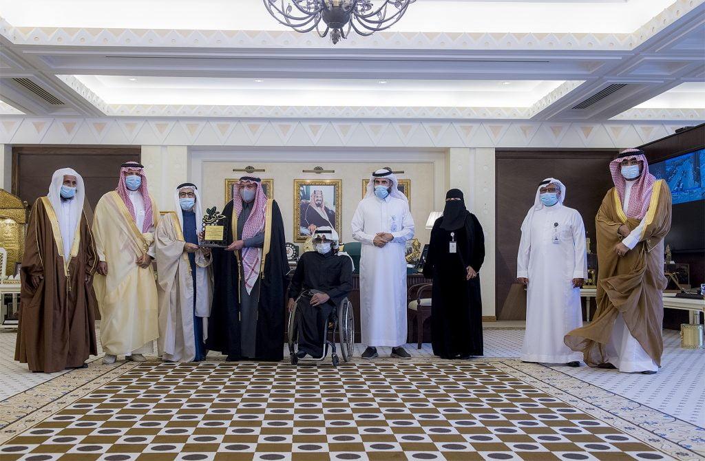 """أمير القصيم يتسلم تقريراً عن برامج وأنشطة فرع جمعية """"حركية"""" بالمنطقة"""