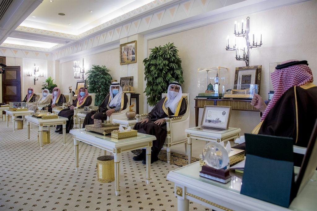 أمير القصيم يكرم العثيم لدعمه جمعيتي الأيتام والدعوة بالمذنب بأكثر من مليوني ريال