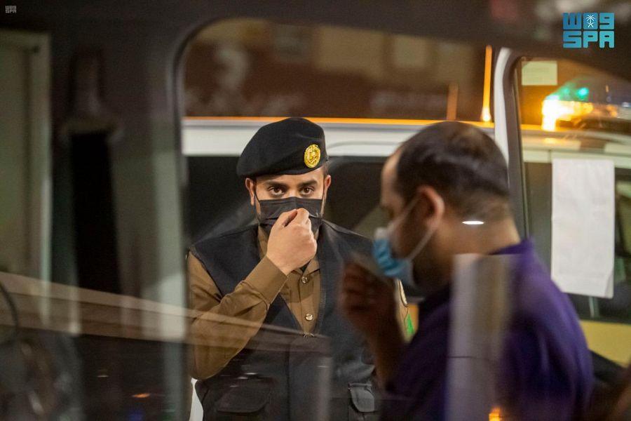 شرطة الجوف تتابع تطبيق الإجراءات الاحترازية