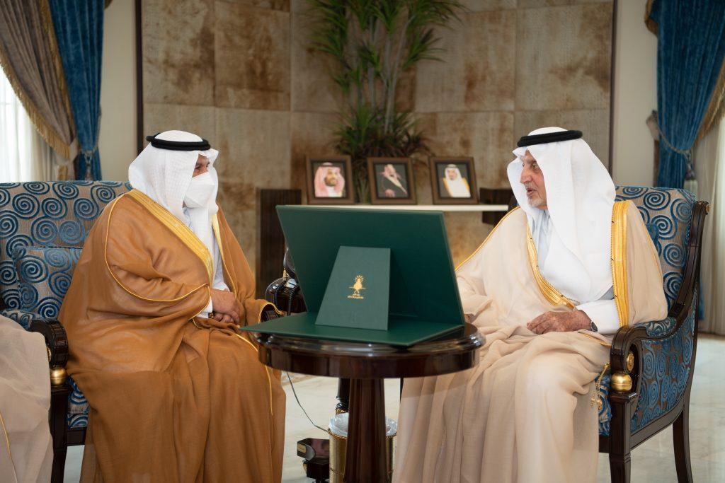 الأمير خالد الفيصل يستقبل الدكتور عبدالله الربيعة في مقر الإمارة بجدة