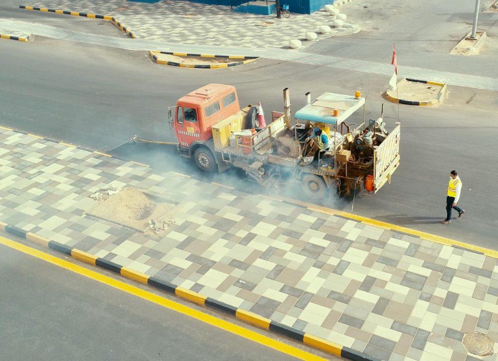 أمانة الجوف تكثف أعمال صيانة الطرق وإعادة طلاء الأرصفة والمسارات لتحسين المشهد الحضري