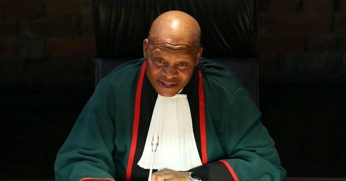 لجنة تأمر كبير قضاة جنوب إفريقيا بالاعتذار عن تعليق مؤيد لإسرائيل