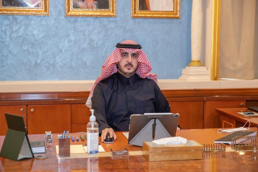 أمير الجوف يؤكد استمرار الجولات الميدانية للتأكد من تطبيق اجراءات الوقاية من كورونا