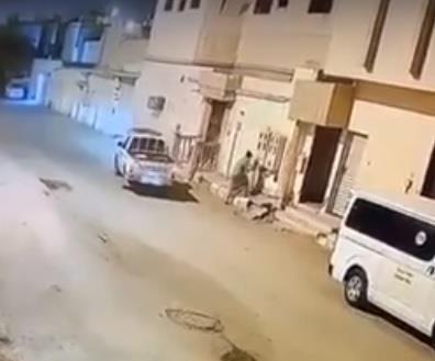 فيديو.. شخص ينجو من الموت المحقق أثناء محاولته سرقة كابل كهرباء في الخرج