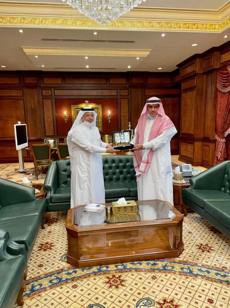"""رئيس جامعة الملك خالد يوقع كتاب """"عطيفيات"""" لأدبي نجران"""
