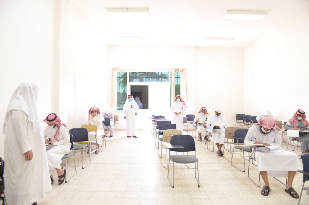القرني يتفقد سير الاختبارات النهائية للدراسات العليا بجامعة الملك خالد