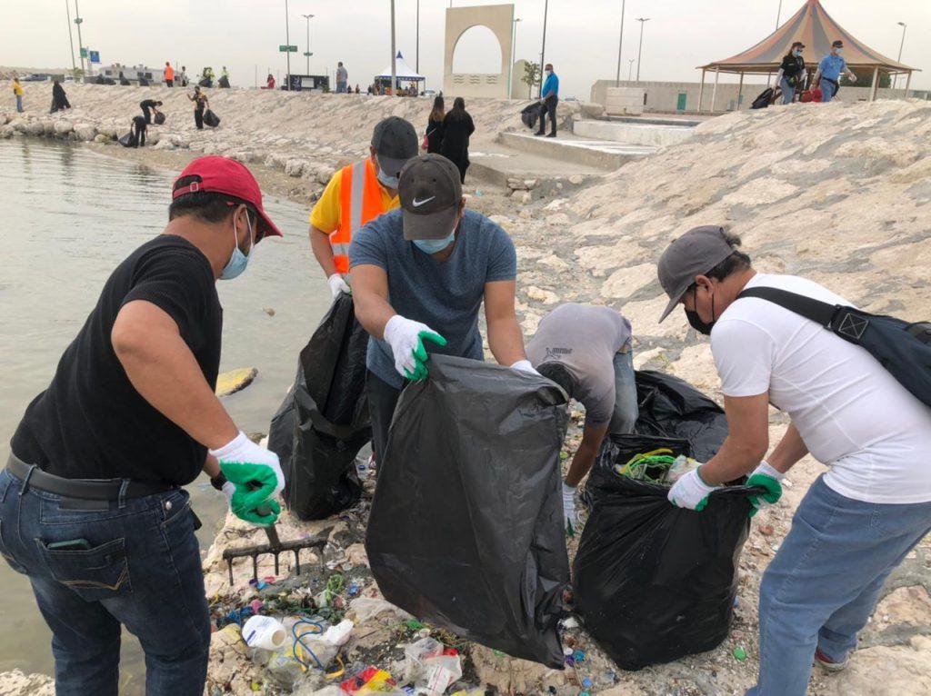 بلدية القطيف: 300 متطوع ومتطوعة من الجالية الفلبينية يشاركون في تنظيف جانب من الواجهة البحرية بالقطيف
