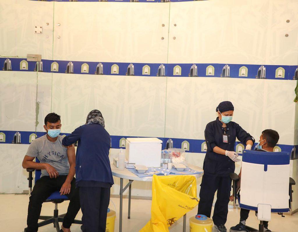 وزارة الشؤون الإسلامية نفذت حملة تطعيم ضد فايروس كورونا لأكثر من 200 موظفاً من منسوبيها