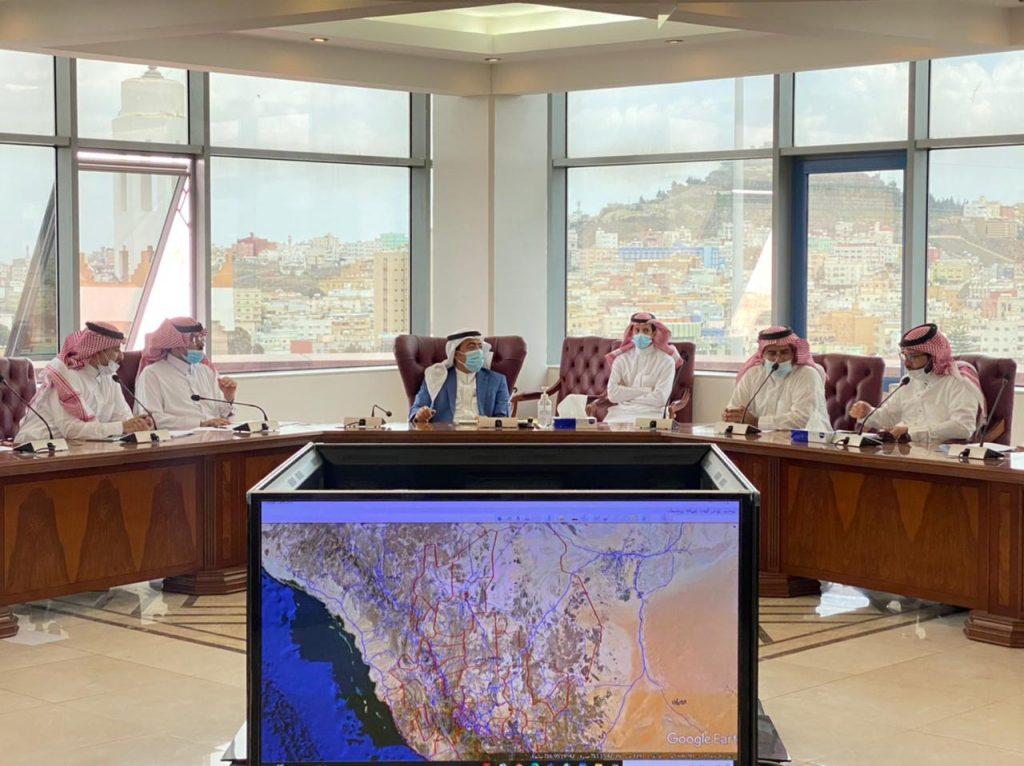 أمين عسير يناقش مع مدير فرع النقل بالمنطقة تحديد المسؤوليات بالطرق