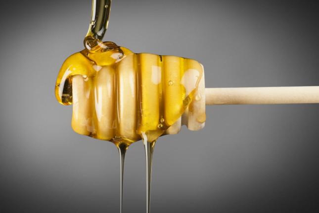 """هذا ما يحدث لجسمك إذا تناولت ملعقة صغيرة من عسل """"مانوكا""""!"""
