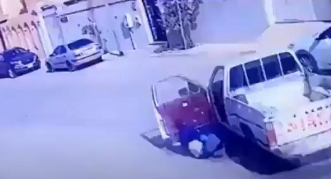 شاهد بالفيديو .. قائد مركبة يلقي بنفسه خارجها قبل الاصطدام بأخرى