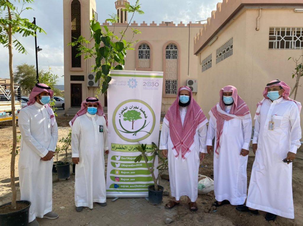 إسلامية نجران تقيم برنامجا لتشجير الجوامع والمساجد