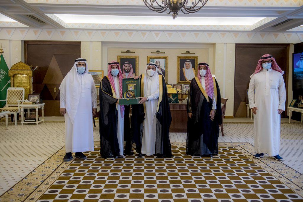 أمير القصيم يلتقي الرئيس التنفيذي لمؤسسة الراجحي الخيرية ويطلع على جهودها