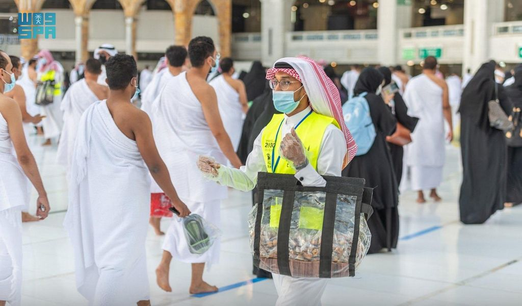 شؤون الحرمين توزع وجبات إفطار الصائمين على المصلين والمعتمرين بالمسجد الحرام