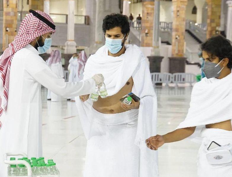 شؤون الحرمين توزع ماء زمزم في رحاب المسجد الحرام يومياً
