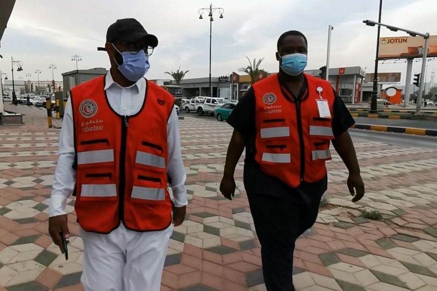 متطوعو ومتطوعات الهلال الأحمر بنجران يقومون بالعديد من المبادرات الخيرة في شهر الخير