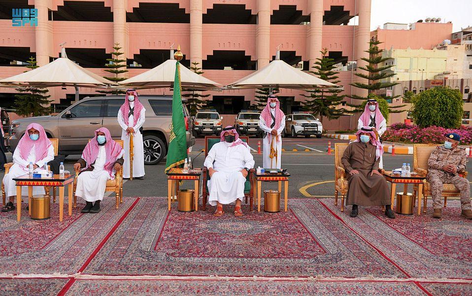 أمير عسير يستعرض مع مسؤولي المنطقة  المشروعات التنموية