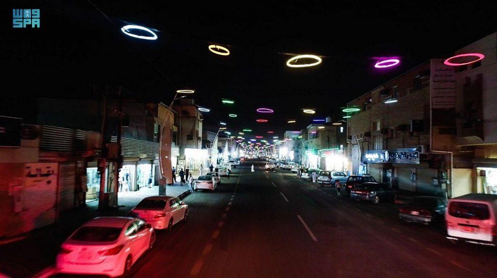 شارع الملك عبدالعزيز في أبوعريش يتحول إلى لوحة فنية جاذبة