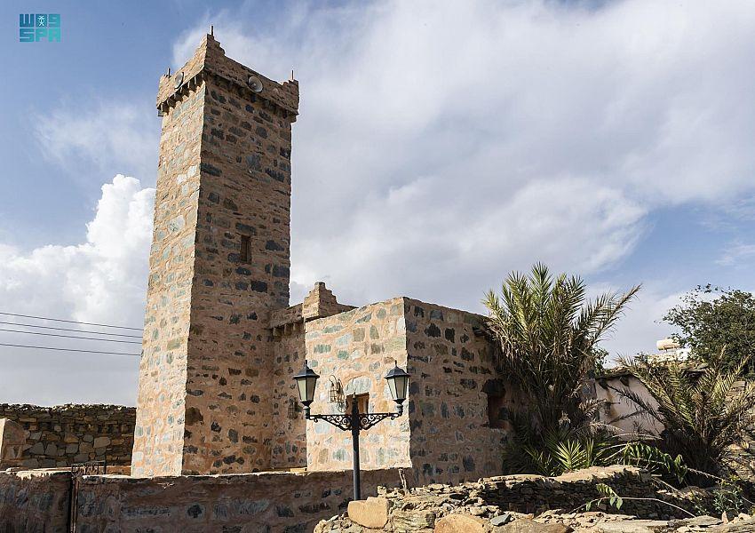 مئذنة مسجد الظفير التاريخي بالباحة تصدح بنداء الرحمن بعد إعادة تطويره