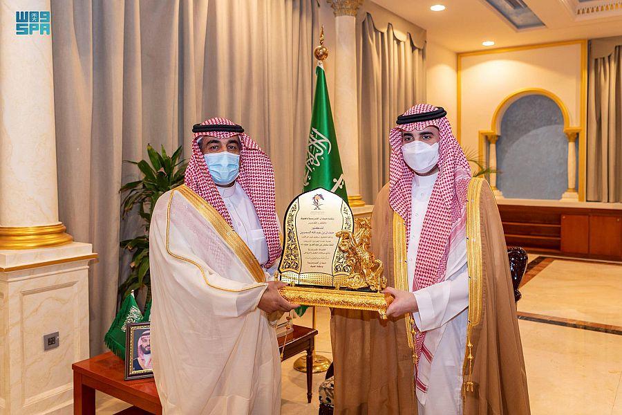 أمير الجوف يكرم السمرين لتحقيقه هدية خادم الحرمين الشريفين للخيالة المتمرنين