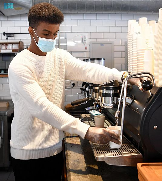 شباب وفتيات جازان يقتحمون عالم بيع وتحميص القهوة
