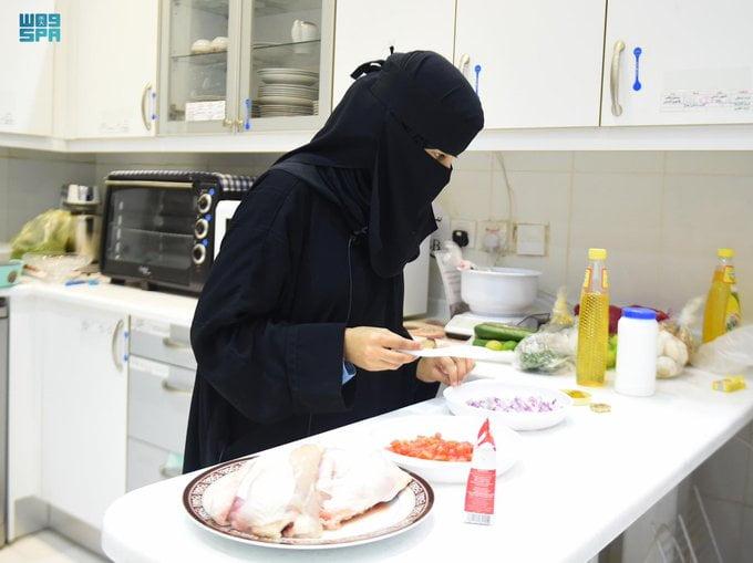أماني تتحدى إعاقتها وتتفوق أكاديمياً وتحترف الطبخ المنزلي