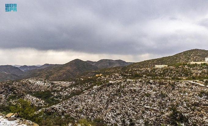 جبال وأودية الباحة تكتسي باللون الأبيض