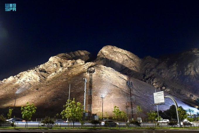 """إطلالة بانورامية وأعمال تطويرية تجذب المتنزهين إلى """"جبل أحد"""""""