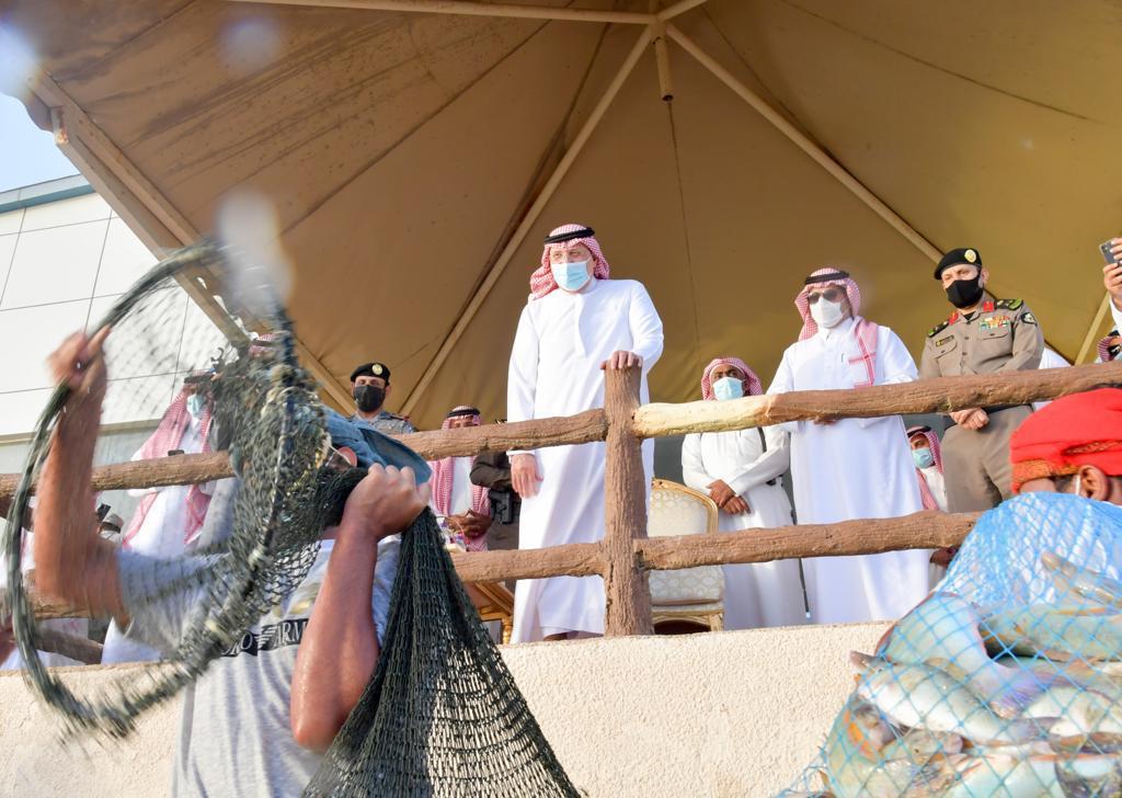 أمير منطقة جازان يشارك أهالي فرسان صيد سمك الحريد