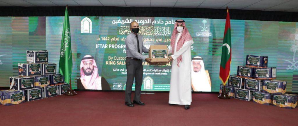 المملكة تواصل عطاءات الخير عبر برنامج خادم الحرمين الشريفين لتفطير الصائمين الذي تنفذه الإسلامية في المالديف