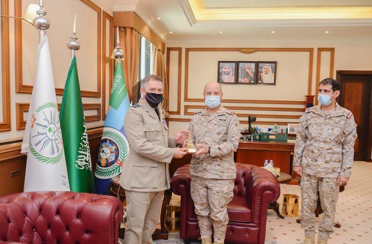 رئيس هيئة الأركان العامة يستقبل كبير مستشاري الدفاع البريطاني لمنطقة الشرق الأوسط وشمال إفريقيا