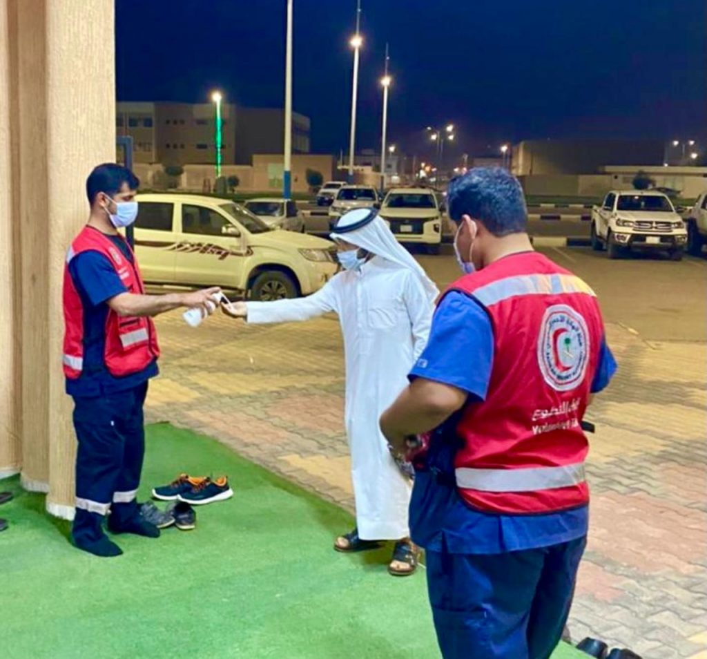 فريق التطوع بهلال الجوف يطبق الاحترازات أثناء صلاة التراويح