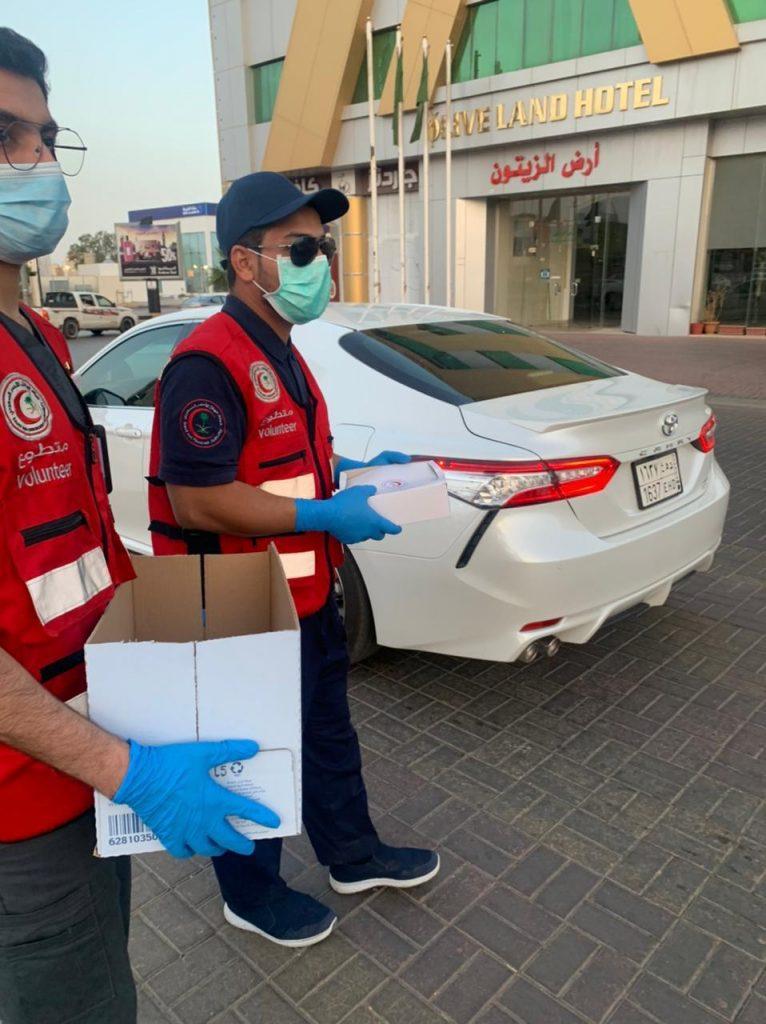متطوعو الهلال الأحمر بالجوف يوزعون وجبات الإفطار على قائدي المركبات