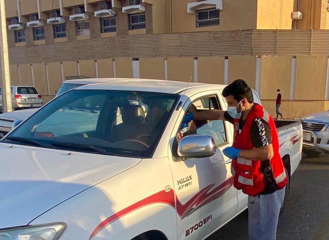 متطوعو هلال القريات يوزعون وجبات الإفطار ببعض المواقع العامة