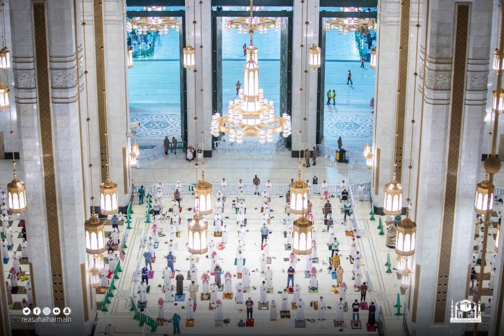 المصلون يؤدون صلاة التهجد في المسجد الحرام لليلة 23 رمضان