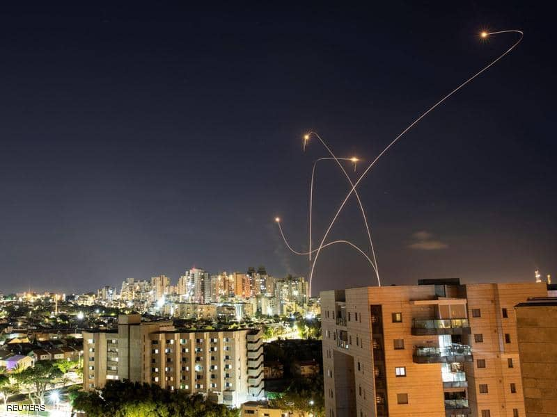 إسرائيل تقصف غزة وحماس ترد بعشرات الصواريخ