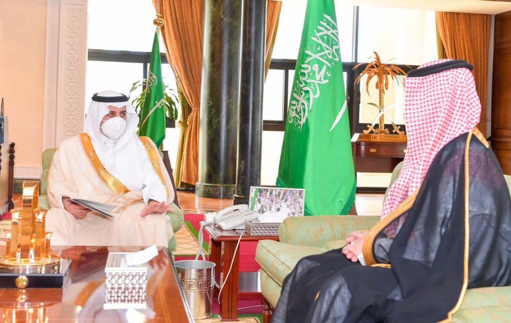 أمير تبوك يستقبل مدير مطار الأمير سلطان بن عبدالعزيز