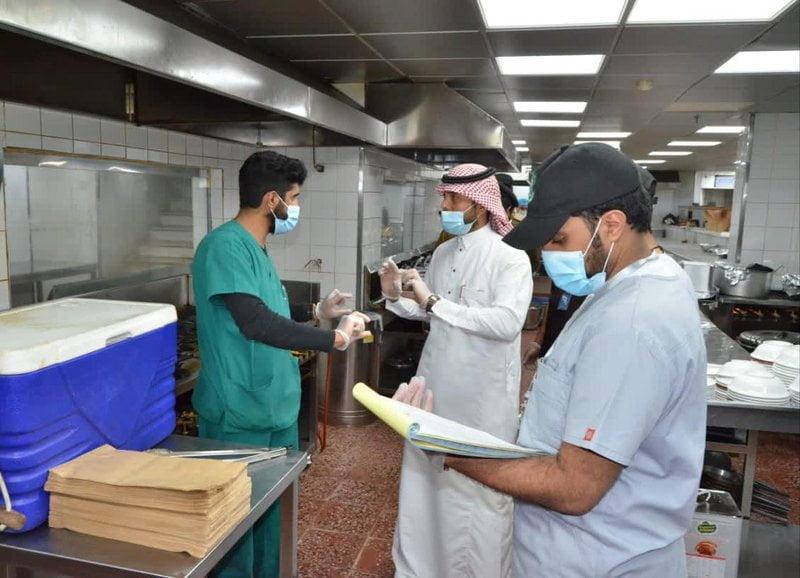 بلدية خميس مشيط تغلق 74 منشأة وتتلف 1217 كجم مواد غذائية