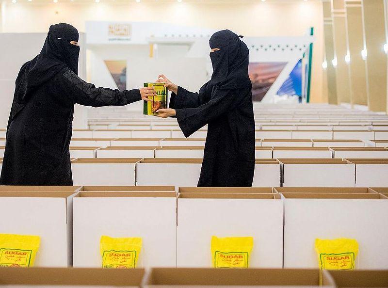 مجلسا شباب وفتيات القصيم يوزعان 1700 سلة غذائية في حملة سمو أمير القصيم نهر العطاء