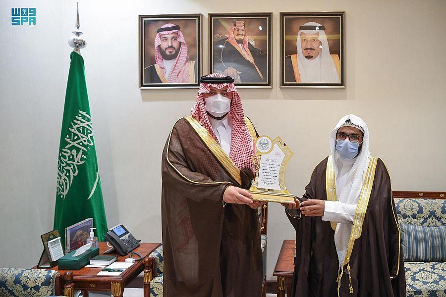 أمير الحدود الشمالية يكرم الطالب الفائز بالمركز الثالث بجائزة خادم الحرمين الشريفين لحفظ القرآن الكريم