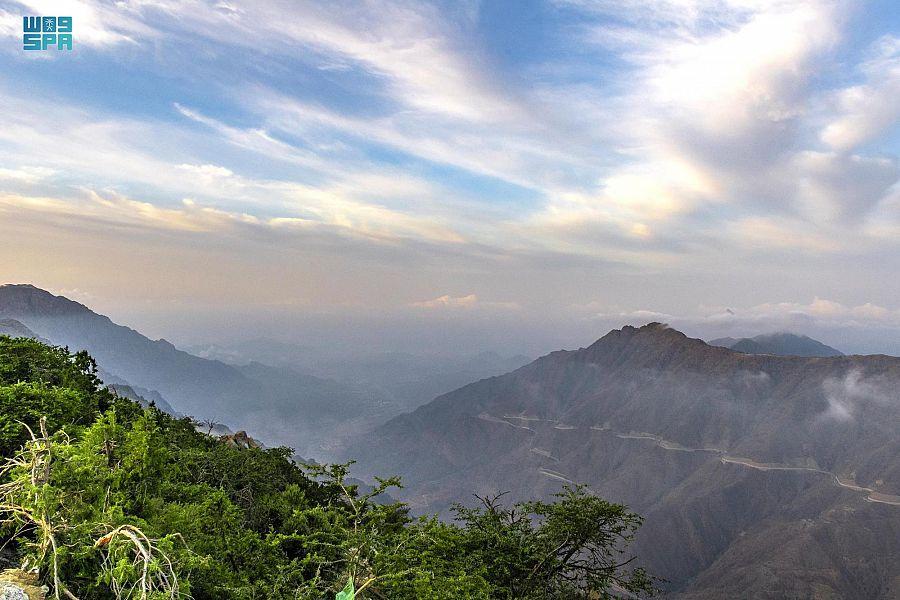 السحاب يعانق قمم الجبال في لوحة خيالية بمنطقة الباحة