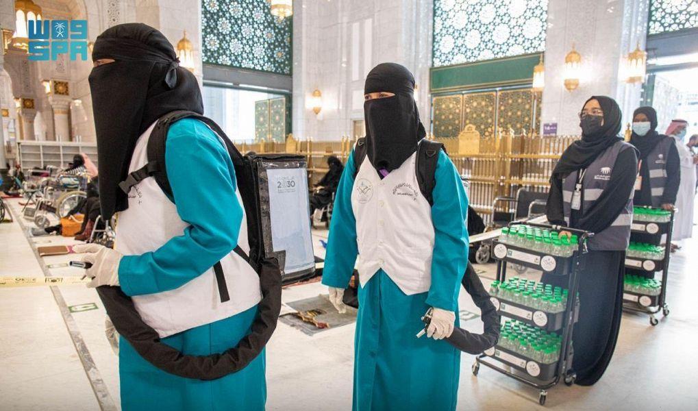 أكثر من (٧٠) ألف عبوة ماء زمزم تم توزيعها على مصليات النساء بالمسجد الحرام