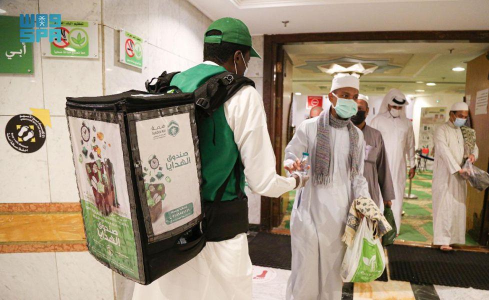 """"""" هدية"""" توزّع أكثر من نصف مليون عبوة ماء زمزم ومياه صحية على المعتمرين والمصلين بالمسجد الحرام"""