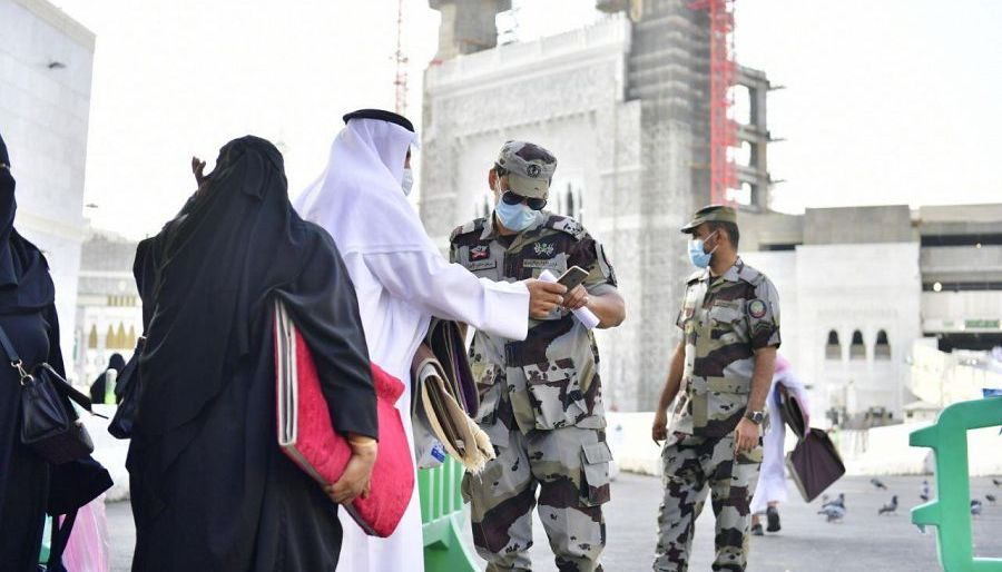 جهود إنسانية يقدمها رجال الأمن لخدمة ضيوف بيت الله الحرام