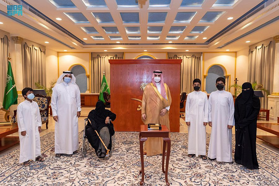 أمير الجوف يُسلم أسرة من مستفيدي أيتام جمعية البر بالرديفة مفتاح منزلهم