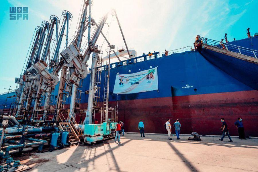 وصول أولى دفعات منحة المشتقات النفطية السعودية إلى ميناء عدن في اليمن