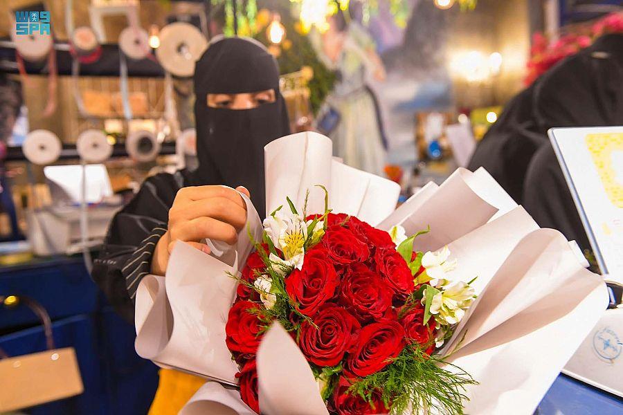 الورود بتبوك أكثر الهدايا بالعيد تحمل بأنواعها وألوانها معاني ودلالات كثيرة