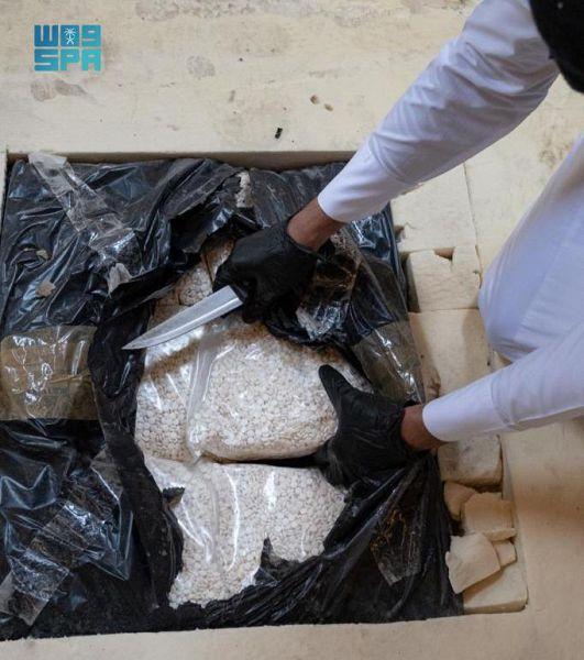 القبض على مقيمَين ونازح حاولوا تهريب (2,700,000) قرص إمفيتامين مخدر