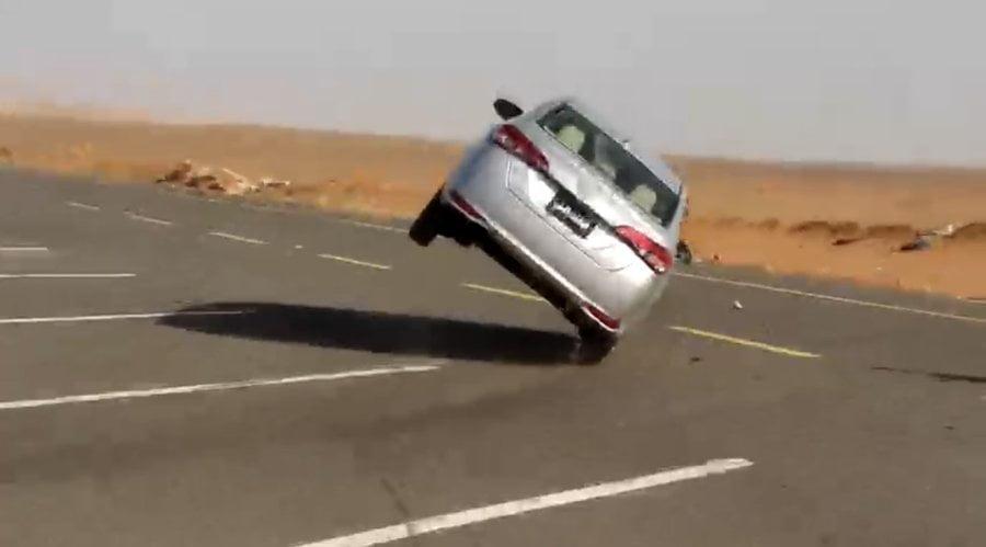 مرور تبوك يوقف سائقًا قاد مركبته على إطارين وبدون لوحات